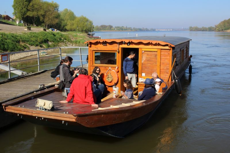 Stroll Along the Loire River: Picnic on board or on an island!