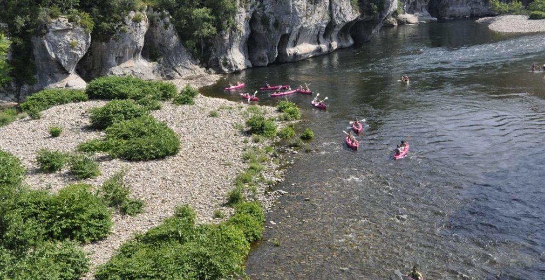 Descente en canoë des gorges du Chassezac (port du masque obligatoire durant la navette)