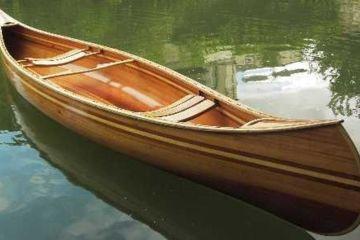 Fabrication de canoë traditionnel en bois